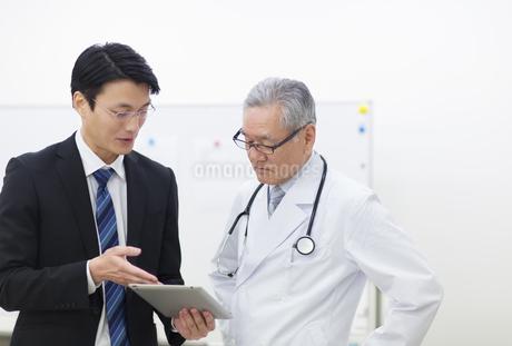 打合せをする男性医師とビジネスマンの写真素材 [FYI02967992]