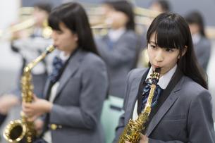 音楽室で吹奏楽の練習をする女子学生たちの写真素材 [FYI02967994]