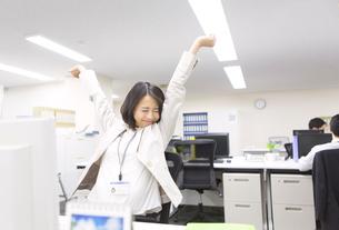 オフィスで伸びをするビジネス女性の写真素材 [FYI02967996]