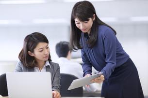 オフィスで打ち合せをするビジネス女性2人の写真素材 [FYI02967999]