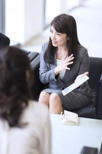 打ち合わせをするビジネス女性の写真素材 [FYI02968003]