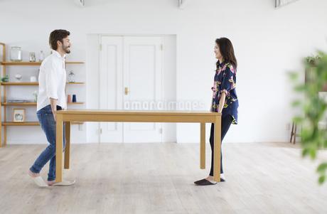 テーブルを運ぶ男性と女性の写真素材 [FYI02968005]