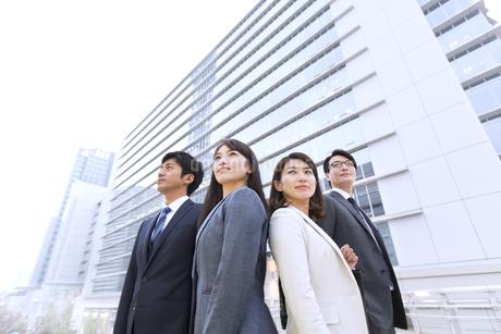 ビルを背景に立つビジネス男女の写真素材 [FYI02968011]