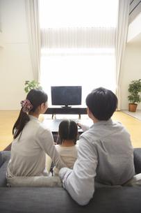 テレビを見る家族の後ろ姿の写真素材 [FYI02968013]