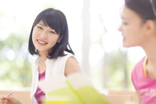 ペンを持って微笑む女子学生の写真素材 [FYI02968015]