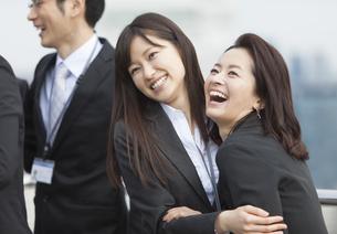 喜び合うビジネス女性2人の写真素材 [FYI02968022]