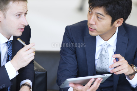 打ち合わせをする2人のビジネス男性の写真素材 [FYI02968024]