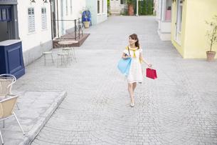 ショッピングを楽しむ女性の写真素材 [FYI02968034]