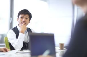 会議中のビジネス男性の写真素材 [FYI02968035]