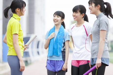 陸上競技場で話をしている女子学生たちの写真素材 [FYI02968036]