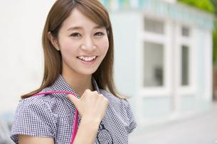 街中で微笑む女性のポートレートの写真素材 [FYI02968045]