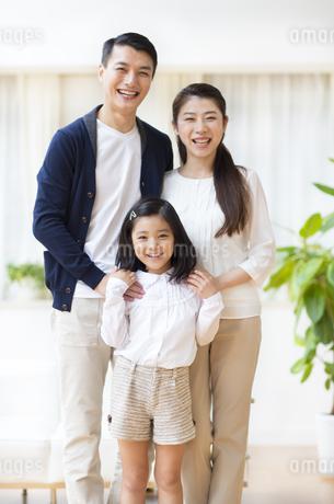 笑顔で微笑む親子の写真素材 [FYI02968048]