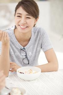 スプーンを手に持って笑う女性の写真素材 [FYI02968051]