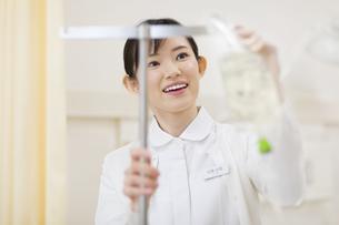 点滴を準備する女性看護婦の写真素材 [FYI02968053]