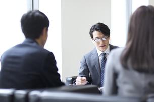 打ち合わせをするビジネス男性の写真素材 [FYI02968056]