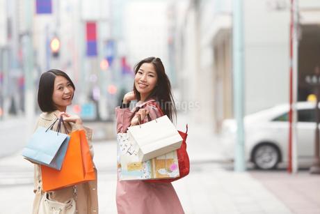 ショッピング中に振り向く女性二人のポートレートの写真素材 [FYI02968069]