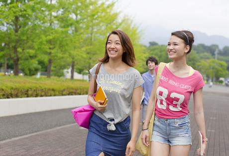微笑みながらキャンパスを歩く女子学生の写真素材 [FYI02968075]