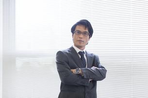 腕組みをするビジネス男性の写真素材 [FYI02968085]