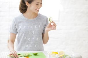 包丁で果物を切る女性の写真素材 [FYI02968089]