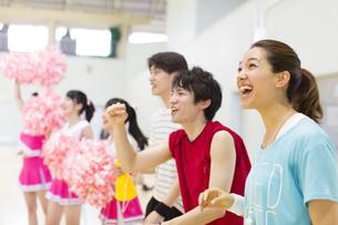 体育館で並んで観戦する学生たちの写真素材 [FYI02968090]