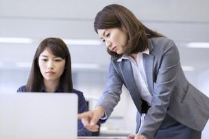 オフィスで打ち合せをするビジネス女性2人の写真素材 [FYI02968093]