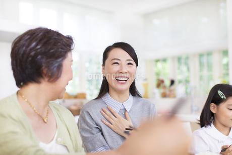 食卓で笑顔の奥さんの写真素材 [FYI02968097]