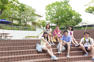 キャンパスで笑う学生の集合ポートレートの写真素材 [FYI02968103]