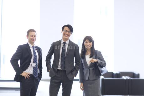 オフィスビルのロビーで立つビジネス男女の写真素材 [FYI02968105]