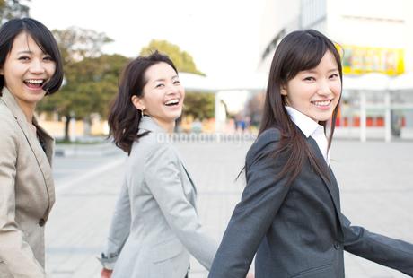 広場を歩くビジネス女性3人の写真素材 [FYI02968108]