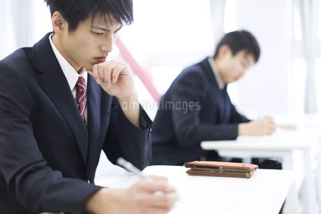 授業を受ける男子学生の写真素材 [FYI02968112]