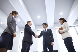 オフィスで握手をするビジネス男性の写真素材 [FYI02968116]
