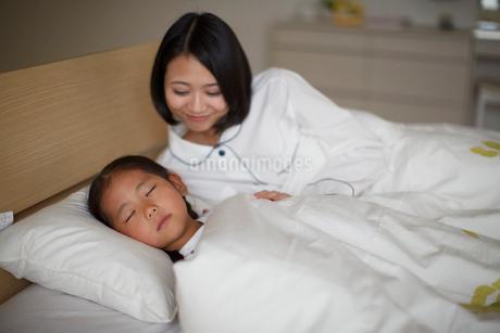 眠る子を見守る母親の写真素材 [FYI02968121]