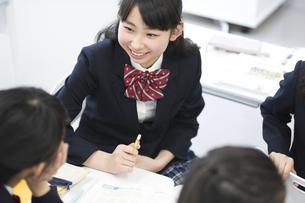 教室で会話する女子学生たちの写真素材 [FYI02968127]