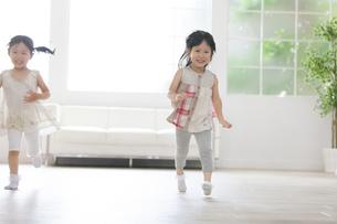 楽しそうに走る2人の女の子の写真素材 [FYI02968135]