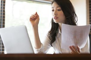 オフィスのデスクで仕事をするビジネス女性の写真素材 [FYI02968140]