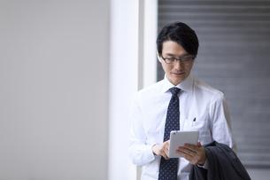 タブレットPCを見るビジネス男性の写真素材 [FYI02968142]