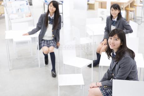 席に座って微笑む女子高校生たちの写真素材 [FYI02968144]