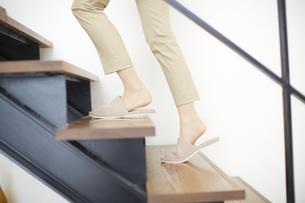 階段を上がる女性の足のアップの写真素材 [FYI02968145]