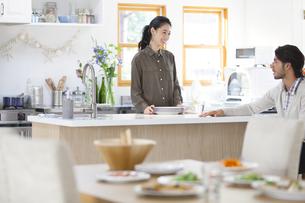 キッチンでくつろぐ男性と女性の写真素材 [FYI02968146]