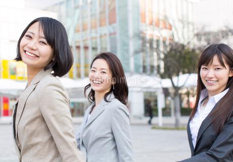 広場を歩くビジネス女性3人の写真素材 [FYI02968148]
