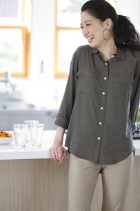 キッチンで笑う女性の写真素材 [FYI02968152]