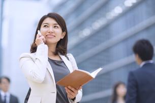 スマートフォンで通話するビジネス女性の写真素材 [FYI02968153]