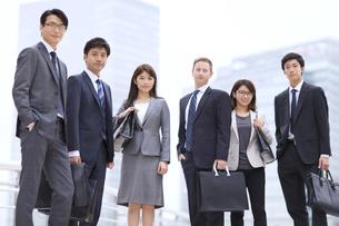 オフィスビルを背景に立つビジネス男女の写真素材 [FYI02968159]