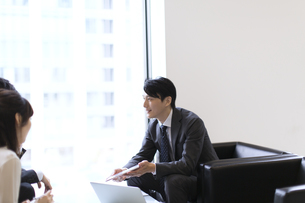 打ち合わせをするビジネス男女の写真素材 [FYI02968160]