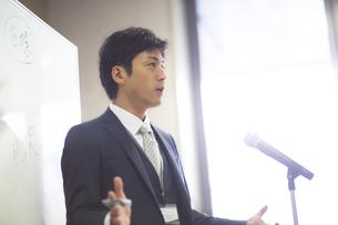演台で話すビジネス男性の写真素材 [FYI02968162]