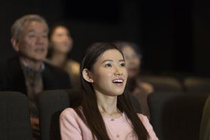 映画を観る女性の写真素材 [FYI02968163]