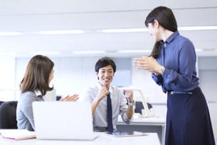 仕事で喜ぶビジネス男女の写真素材 [FYI02968172]