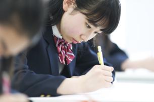 授業を受ける女子学生の写真素材 [FYI02968173]