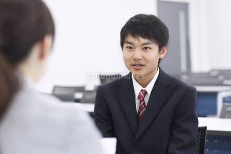 教室で面談を受ける男子学生の写真素材 [FYI02968174]