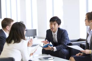 打ち合わせをするビジネス男女の写真素材 [FYI02968175]